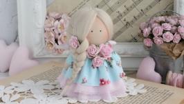 Нежная текстильная кукла в голубом платье.