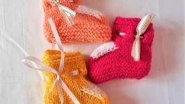 Теплые вязанные пинетки на завязках разных цветов на девочку 3 - 6 месяцев.