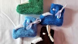 Вязанные теплые пинетки для мальчика разных цветов на 3 - 6 месяцев.