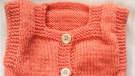 Комплект на девочку ручной вязки персиковый с белой отделкой на 3-6 мес.