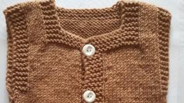 Теплая жилетка на мальчика светло-коричневая в стиле Минимализма 6-9 мес.
