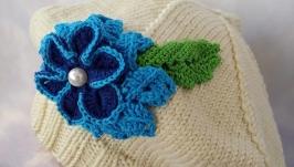 Вязаный шерстяной берет с цветком