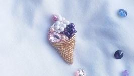 Брошь в виде мороженого из бисера, бусин и страз.