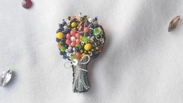 Брошь из бисера и кристаллов в виде букета цветов.