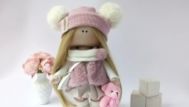 Кукла  в шапочке и сумочкой