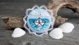 Морская брошь бохо с кружевом Голубая летняя брошь кораблик