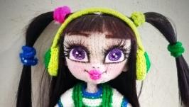 Кукла со скейтом в наушниках