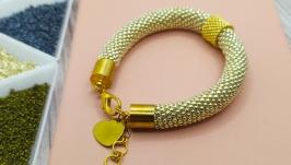Серебристый браслет из бисера