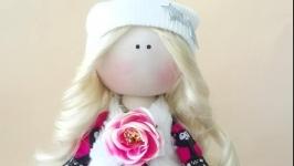 Кукла блодинка с длинными волосами текстильная. Кукла в шапочке и сумочкой.
