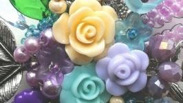 Уникальная брошь ручной работы с цветами и бусинами