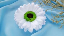 Белая гербера ручной работы заколка, брошь  белый цветок в прическу