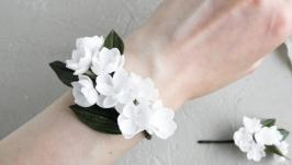 Браслет на руку с кремовыми цветами  Бутоньерка на руку невесте