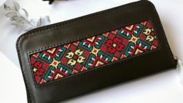 Чорний шкіряний гаманець з орнаментом