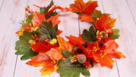 Осенний венок веночек с листьями клена, дуба и желудями