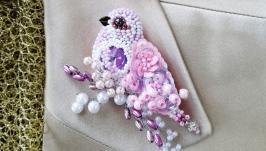 Брошь птица из бисера пастельно-розовая