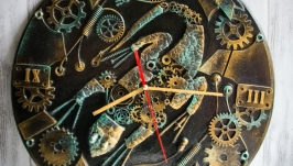 Настенные часы из дерева и метала ′Mechanical lizard′