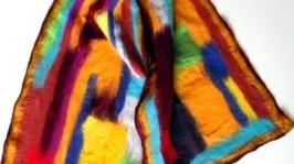 Абстрактный бордовый валяный шарф