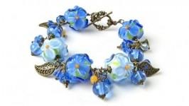 Браслет с голубыми цветами лэмпворк