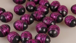 Пластиковые бусы с орнаментом черно-розовые