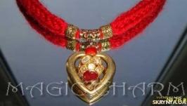 Украшение-оберег с золотым сердечком и сверкающей бусиной