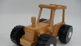 Игрушка трактор из дерева