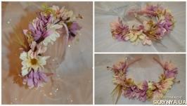 Обідок з квітами в ніжних тонах рожевого, фіолетового та бежевих кол