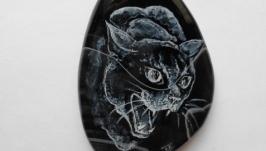 Черная шипящая кошка