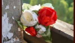 Заколка с красными и белыми цветами