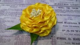 Заколочка с желтым пионом