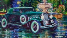 Старинный автомобиль у городского фонтана
