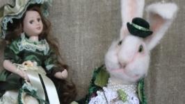 Белый кролик. В зеленом камзоле.