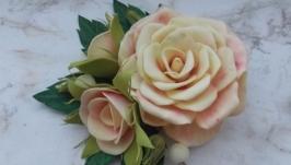 Нежные розы на заколке