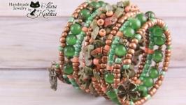 Зеленый широкий браслет с натуральным камнем и бронзовыми подвесками