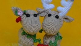 Вязаные игрушки ′Влюбленная пара оленей′