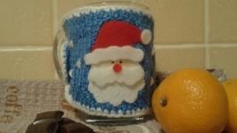 Вязаный чехол на чашку ′Санта′ (ручная работа) Подарок на Новый Год