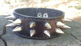 Кожаный браслет с шипами. Оригинальная ручная работа в готическом стиле.