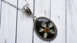 Кулон ручной работы с цветком черемухи