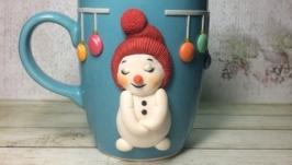 Кружка с декором из полимерной глины ′Застенчивый снеговичок′