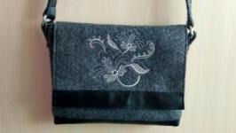 Bag ′Camilla′ embroidered on felt.