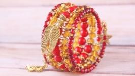 Золотой нарядный праздничный браслет с подвесками и красным кораллом