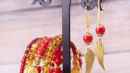 Золотые серьги с красным кораллом и подвесками в виде крыльев