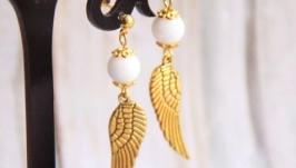 Золотые серьги с белым нефритом и подвесками в виде крыльев