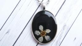 Кулон на цепочке с цветком черемухи