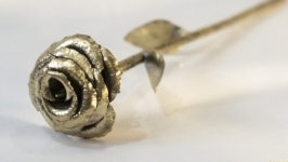 Троянда кована з патронів автомата Калашникова