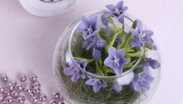 Колокольчики в стеклянной вазе голубые