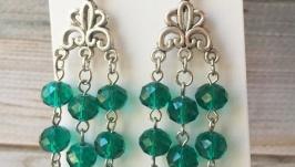 Зеленые серьги с хрусталем. Нарядные блестящие сережки изумрудного цвета