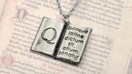 Кулон ′Книга′ с мудрым латинским высказыванием. Из мельхиора на цепочке.