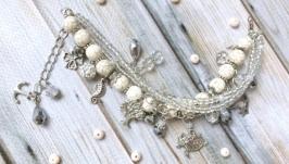 Красивый светлый летний браслет с подвесками в стиле шебби шик