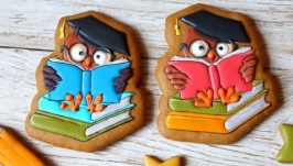 тут изображено Пряник у вигляді сови на книгах