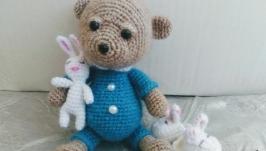 Ведмедик у піжамі з іграшкою